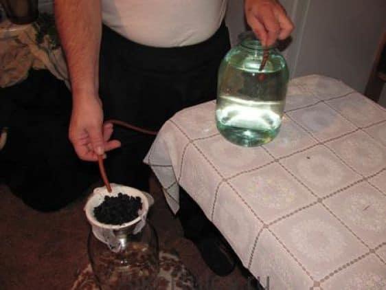 как очистить самогон от запаха и сивушных масел в домашних условиях