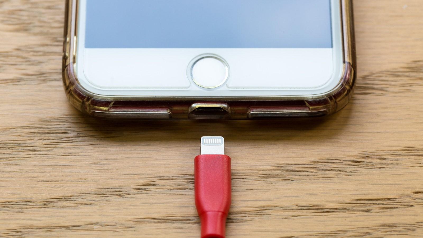 Как правильно зарядит смартфон первый раз?