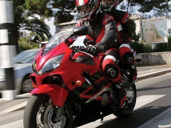 Парень гонит на мотоцикле 100 миль в час около 180 км ч