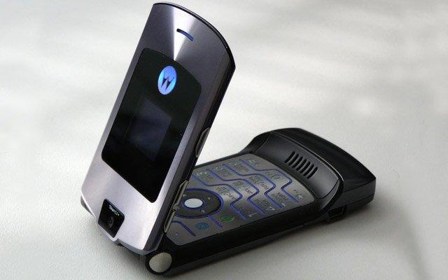 Раскладушка Motorola RAZR прошел тест на прочность видео смотреть