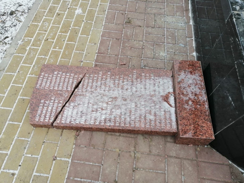 В Астрахани Вандал разбил мемориал павшим героям ВОВ 9 февраля 2020